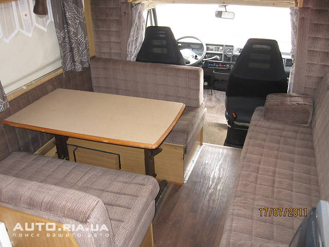 Стол и диванчики преобразуются в двухспальную кровать